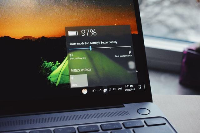 ładowanie laptopa